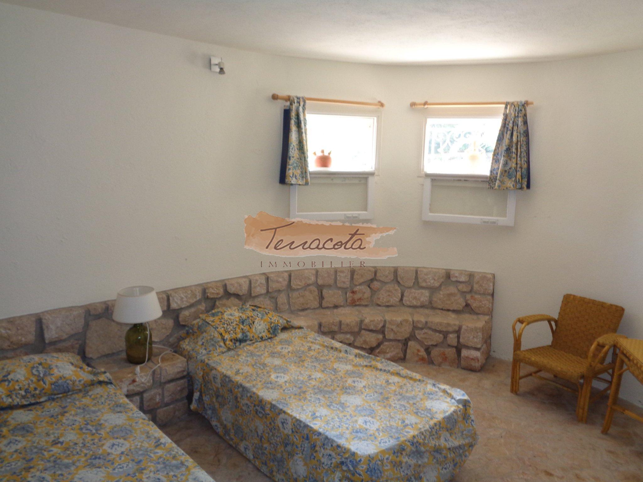 chambre deux lits simples avec coin salon
