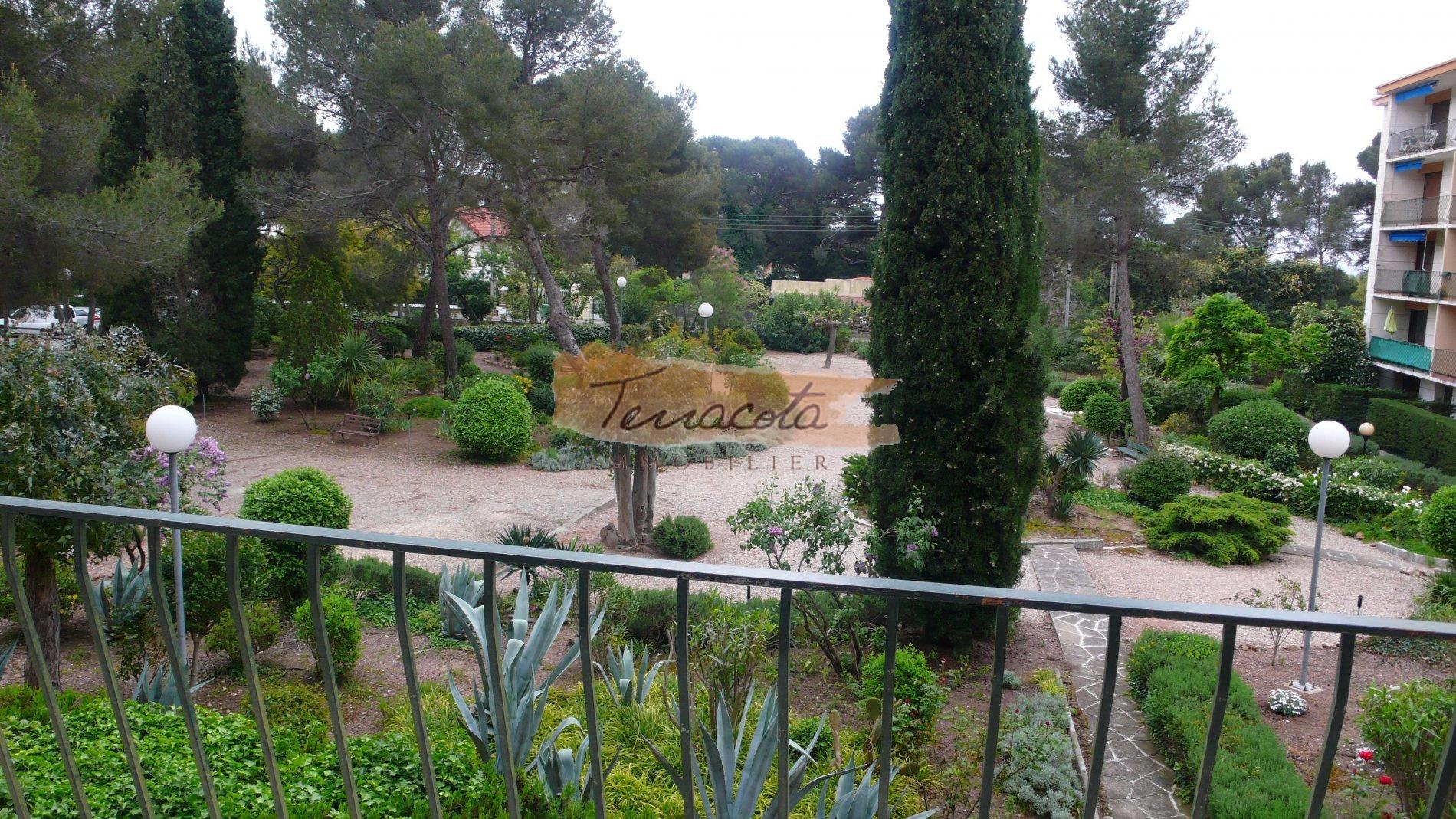 vue de la terrasse, parc fleuri, résidence fermée et sécurisée