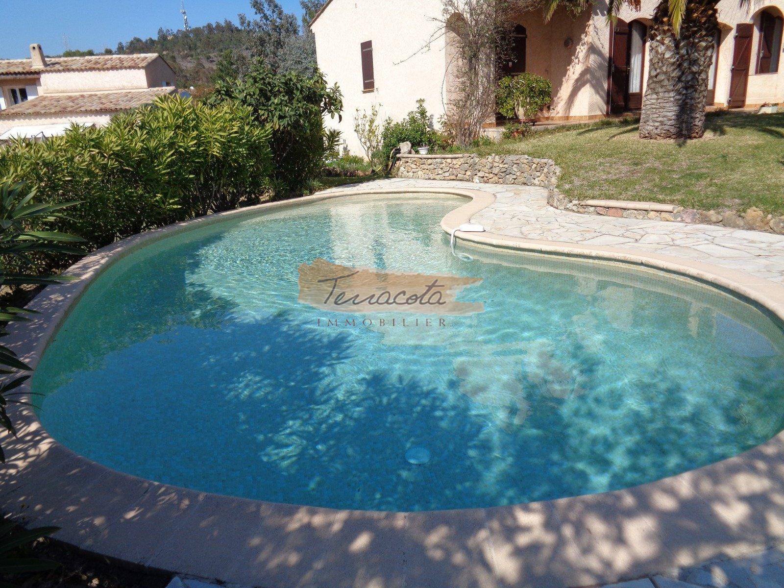 piscine avec aménagement transat