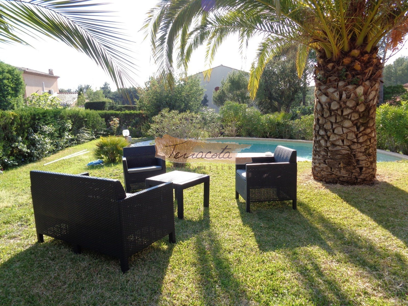 salon de jardin donnant sur la piscine