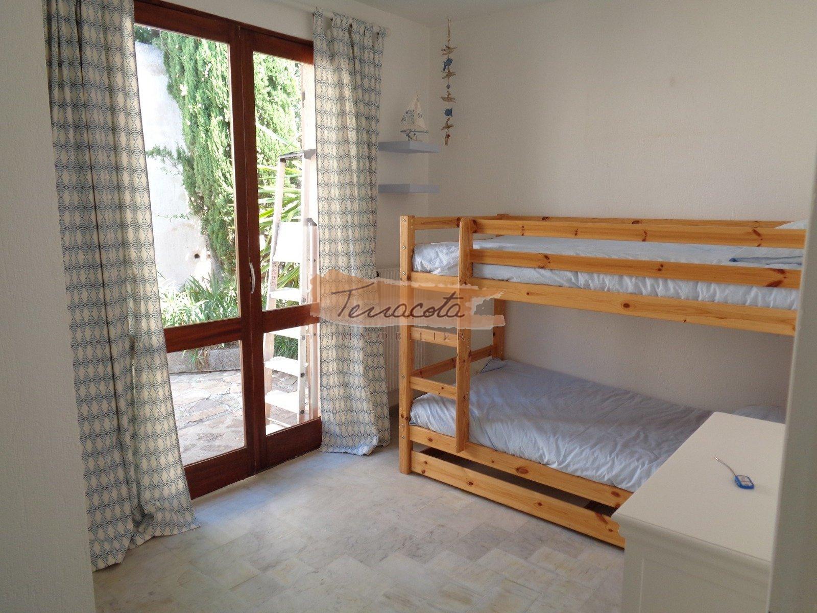 chambre deux lits simples avec un lit bébé et grand rangemnet