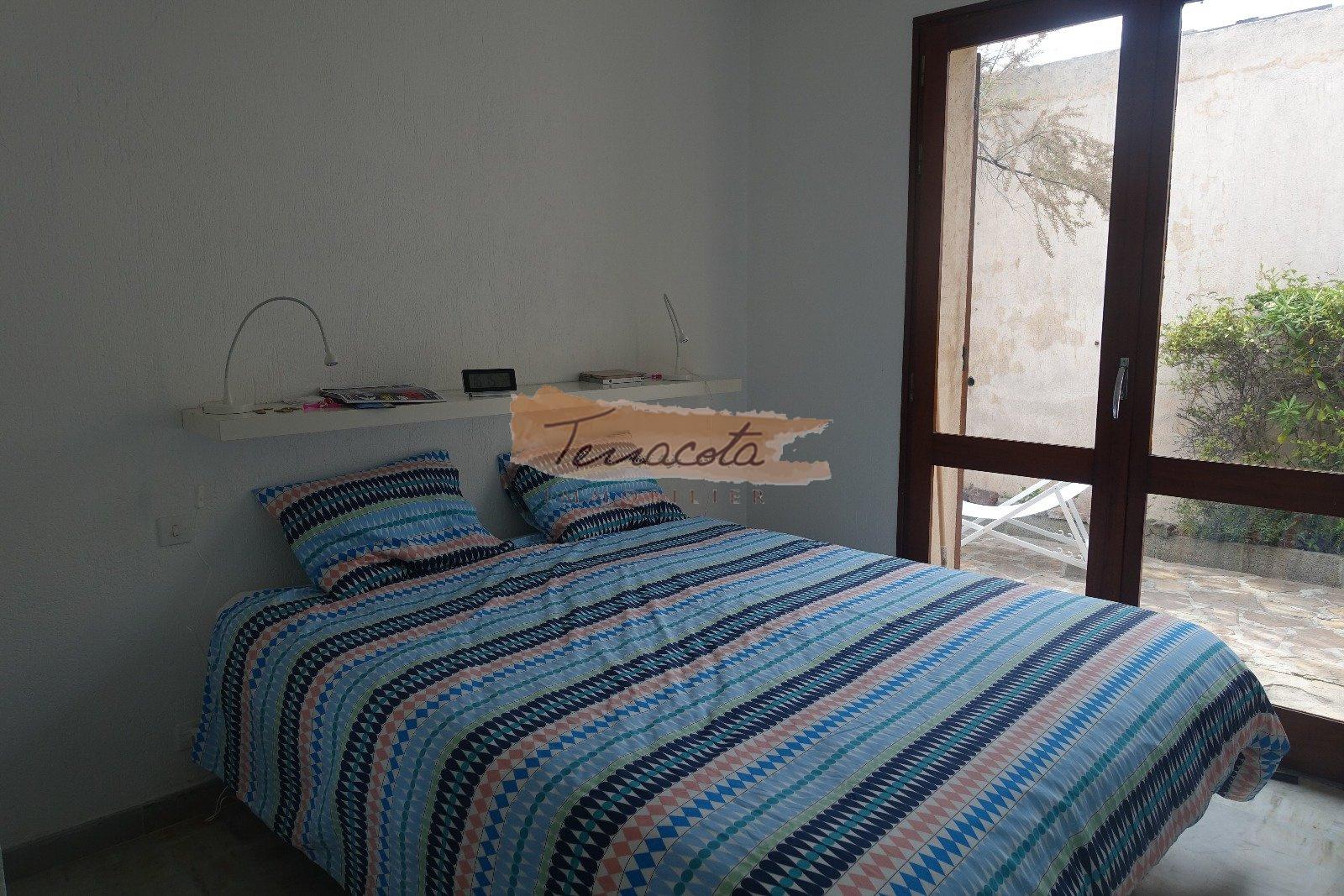 chambre double avec rangement et accès jardin