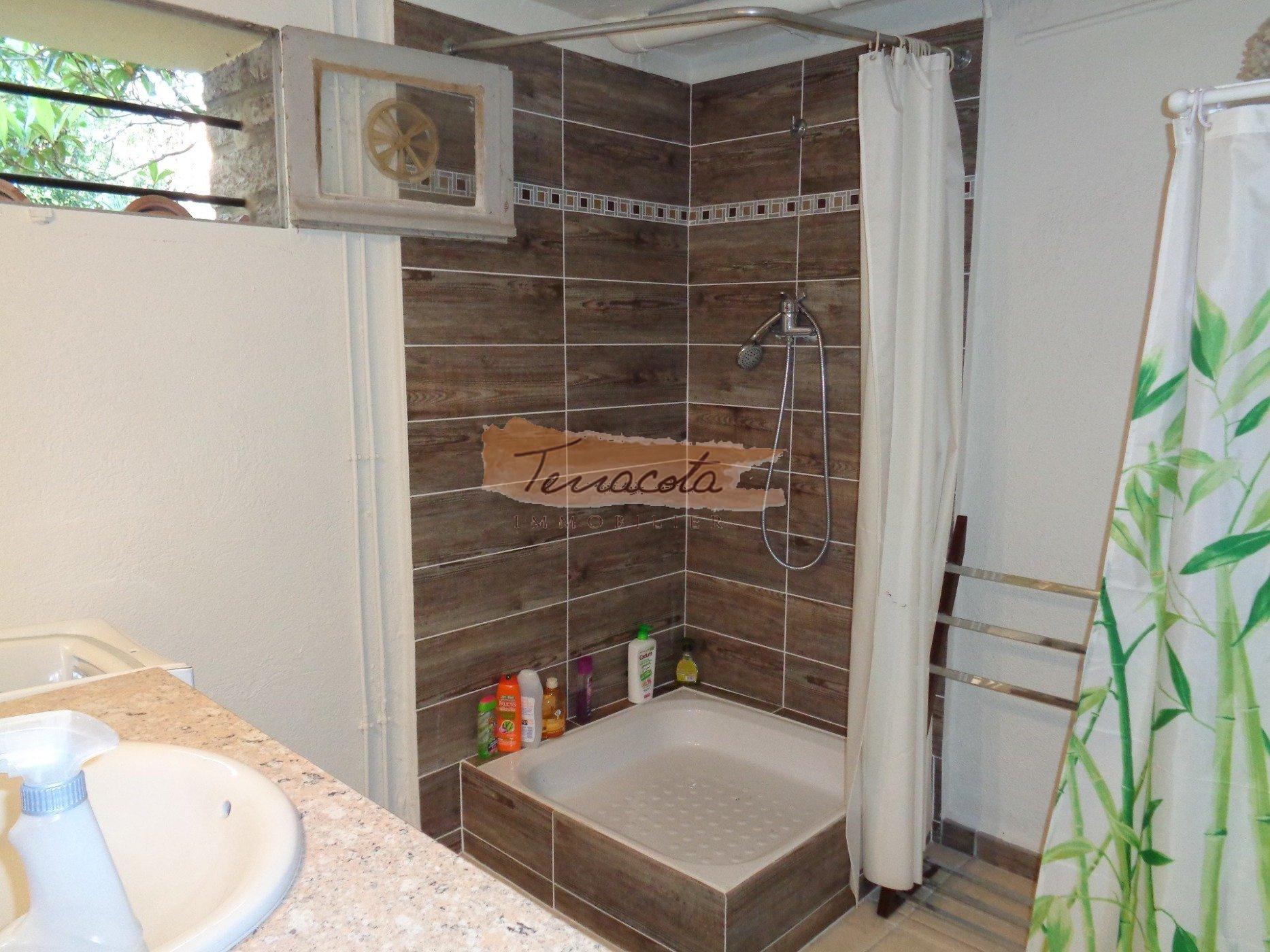 douche du baschaque partie à sa salle d'eau(3 salles d'eau au total et 3 wc)