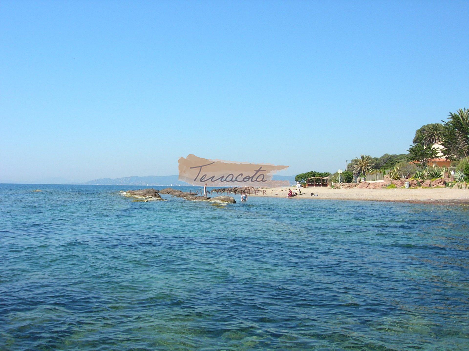 plage de Boulouris, nombreuses criques et plage de salbe