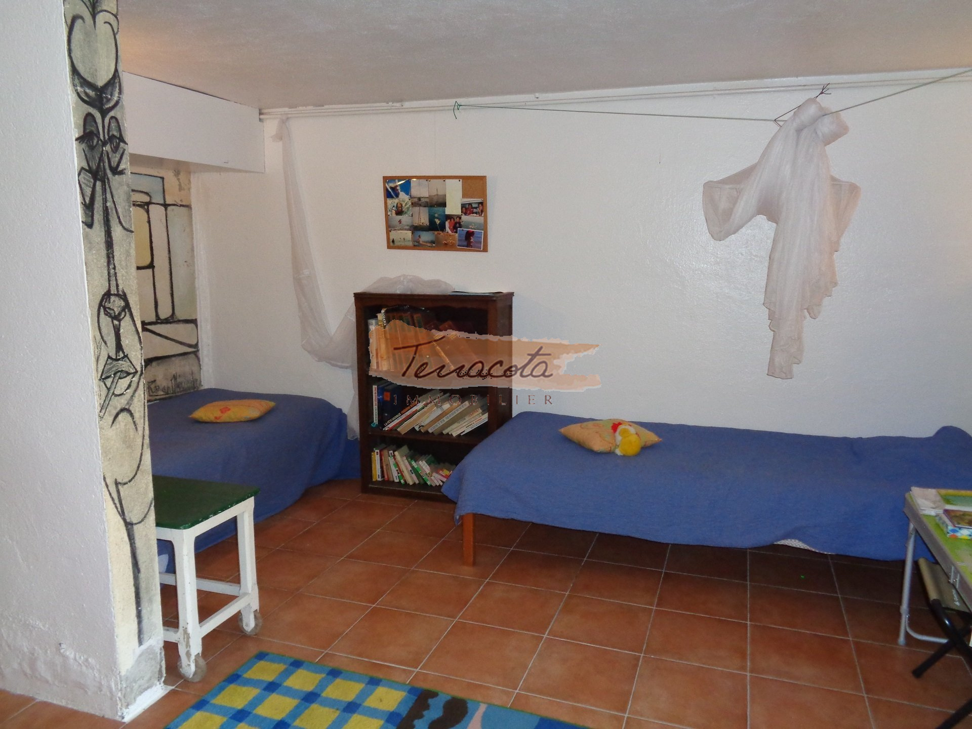 chambre trois lits simples/salle de jeux