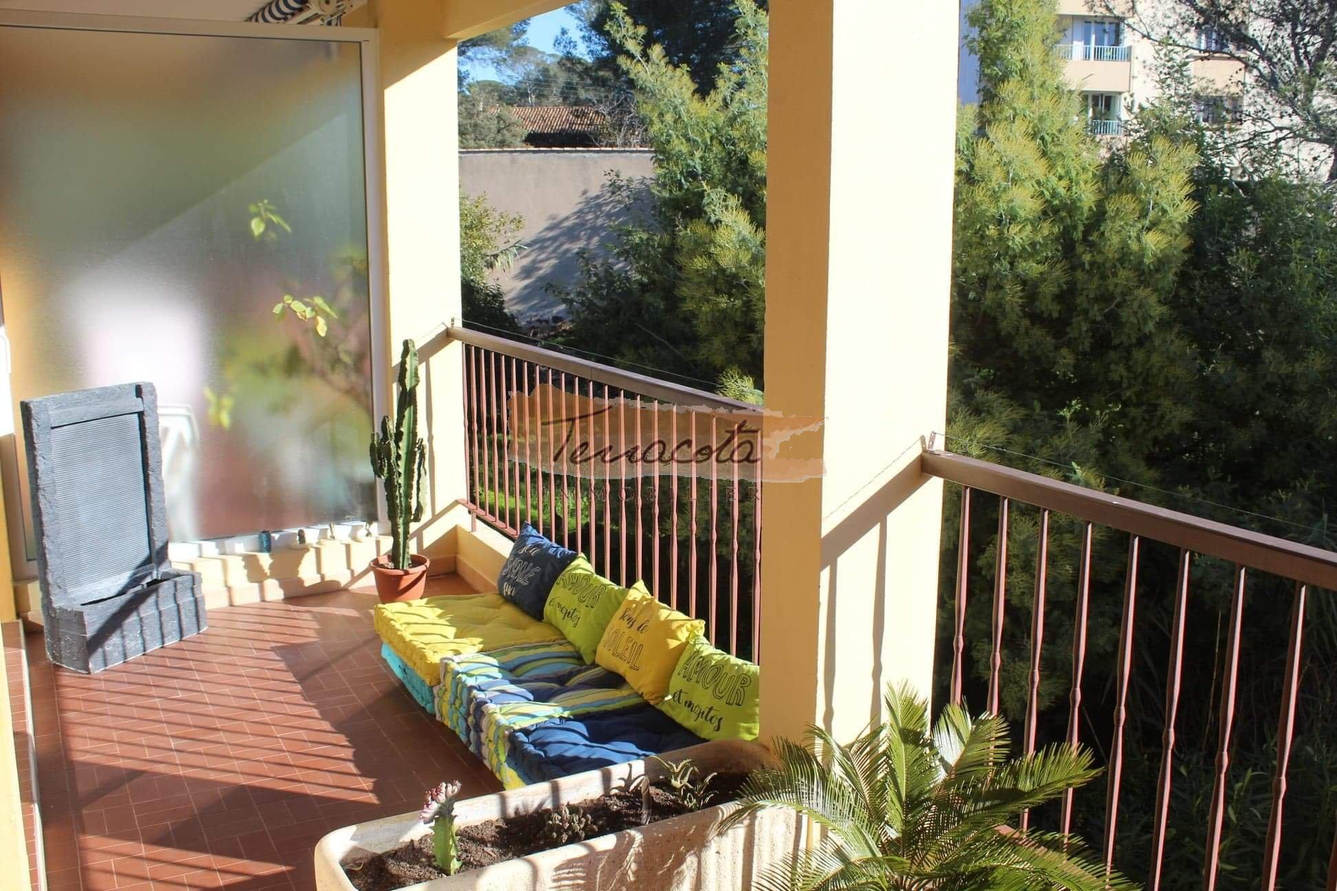 grande terrasse longeant l'appartement