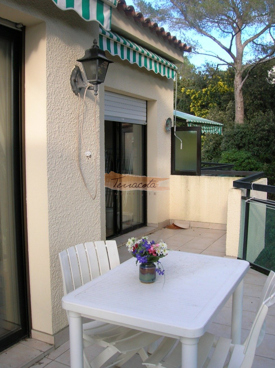 Terrasse longeant l'appartement donnant sur la verdure
